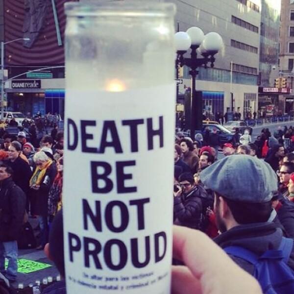 Muerte, no estés orgullosa, dice este mensaje en inglés durante una protesta en Nueva York para exigir justicia por el caso Ayotzinapa