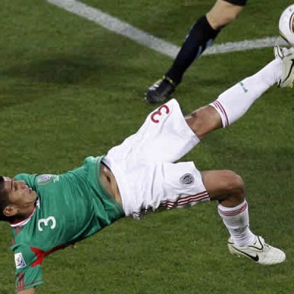 El defensa mexicano dejó entrever que puede concretar un traspaso de club para este verano.