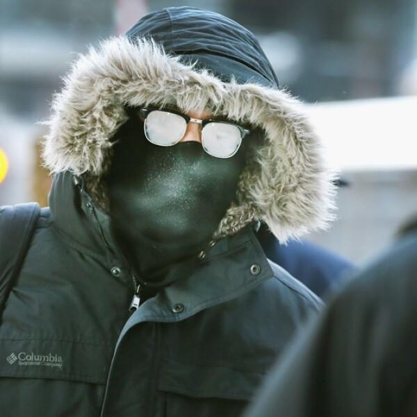 viajero camina a temperaturas bajo cero