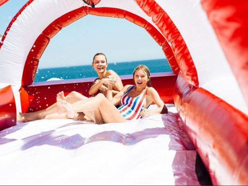 Taylor lució sus curvas en sus vacaciones en Rhode Island.
