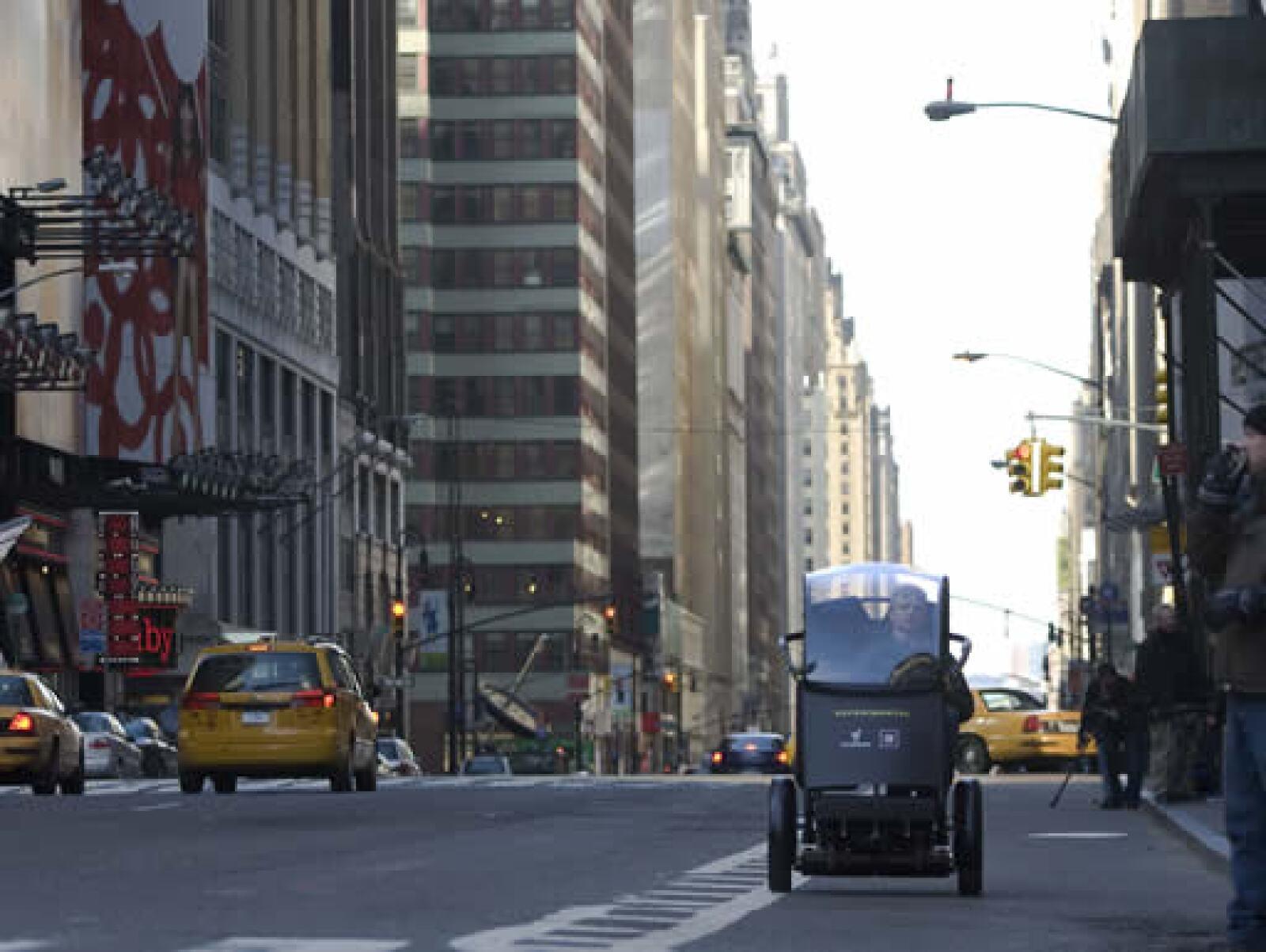 El vehículo tiene una autonomía de 56 kilómetros antes de necesitar ser recargado. Las baterías, de litio-ion, proporcionan energía a sus dos motores eléctricos.