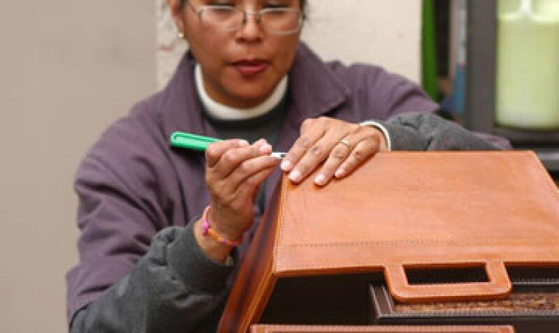 Koon Artesanos tiene 10 tiendas y 100 colaboradores que trabajan productos artesanales en piel. (Foto: Cortesía Koon Artesanos)