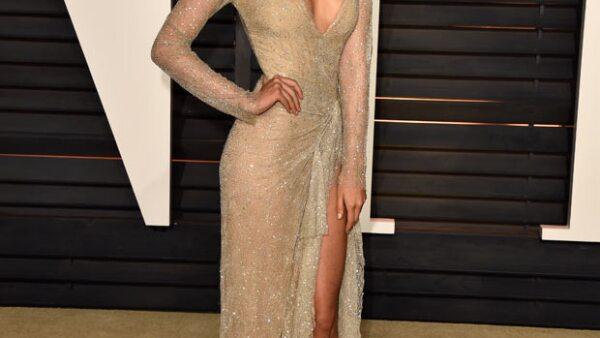 Sexy y despampanante fue como lució la actriz mexicana en la fiesta que Vanity Fair organizó después de los premios Oscar.