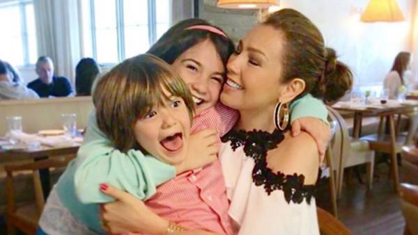 Thalía y sus hijos