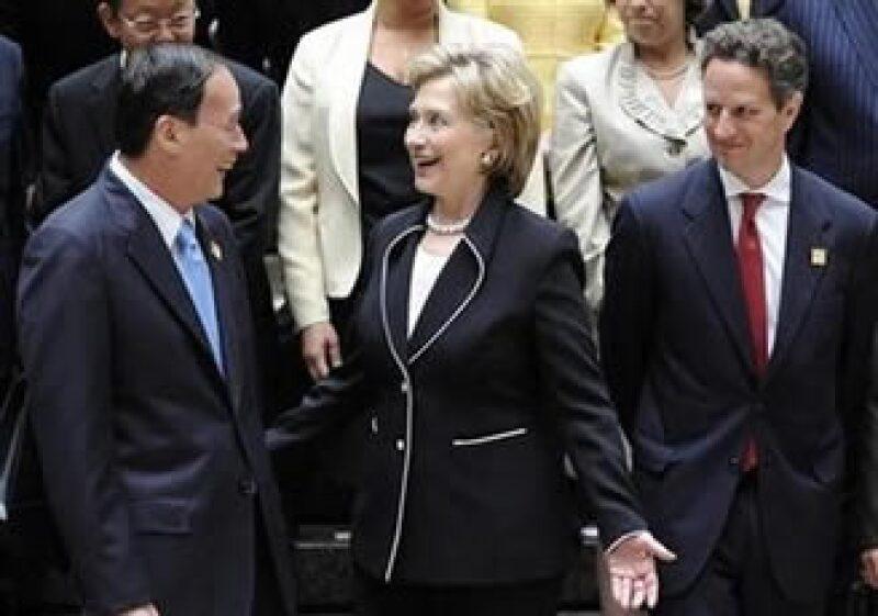 Tim Geithner (der.) y Hillary Clinton (centro), saludan al vice premier chino, Wang Qishan. (Foto: Reuters)