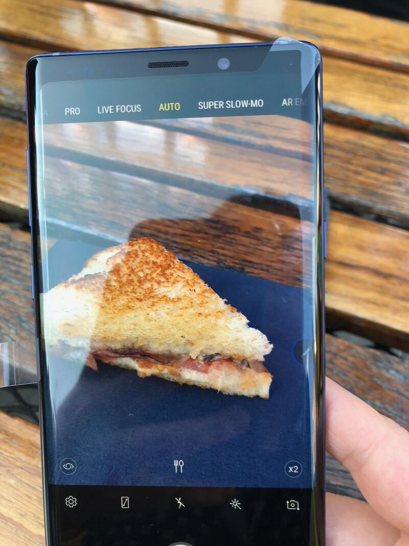 Al elegir el modo Auto en la cámara, la inteligencia artificial del teléfono permitirá elegir la escena correcta de acuerdo con el objeto.