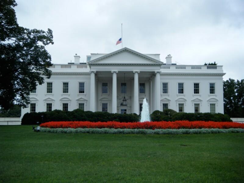 Las puertas de la Casa Blanca han sido cerradas debido ocurrió una balacera cerca de la residencia.