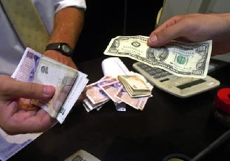 Argentina sufrió una fuga de capitales de alrededor de 10,000 millones de dólares en el primer semestre del año. (Foto: AP)