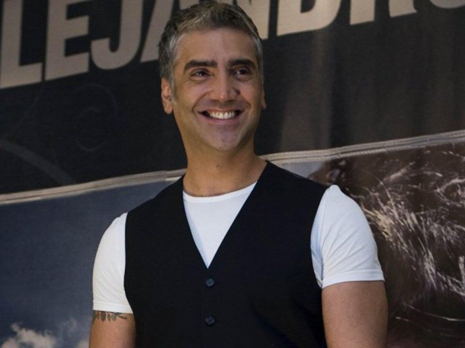 Alejandro Fernández. El cantante antes de incursionar en el mundo artístico, estudiaba arquitectura en la Universidad del Valle de Atemajac, campus Guadalajara.