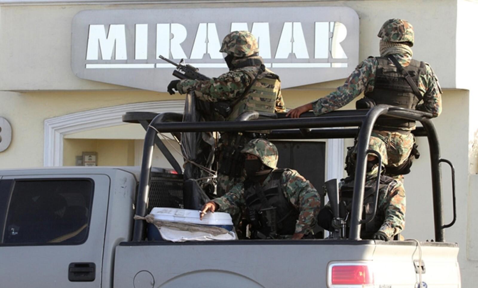 Personal del Ejército afuera de un hotel donde se realizó una redada en Mazatlán este 22 de febrero.