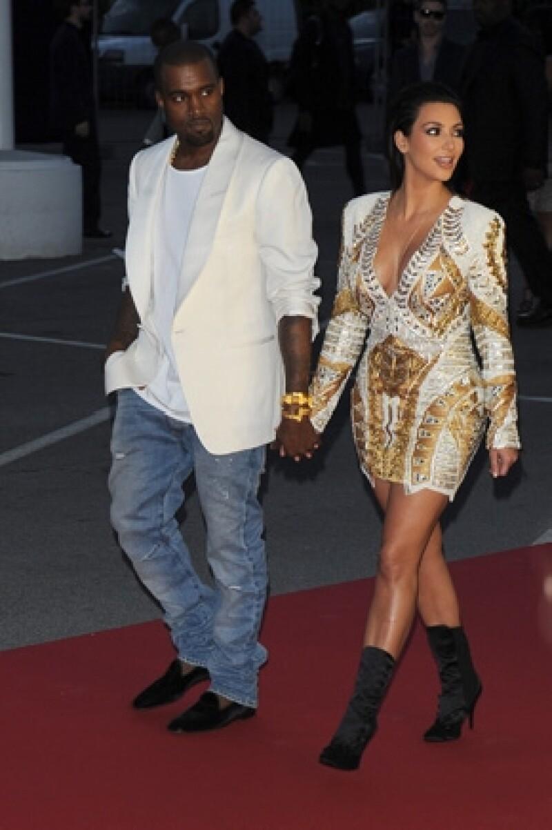 La socialité junto a su novio Kanye West y su madre Kris Jenner fueron reconocidos mientras viajaban en el automóvil de una de sus niñeras. Testigos aseguraron que Kim luce delgada y radiante.