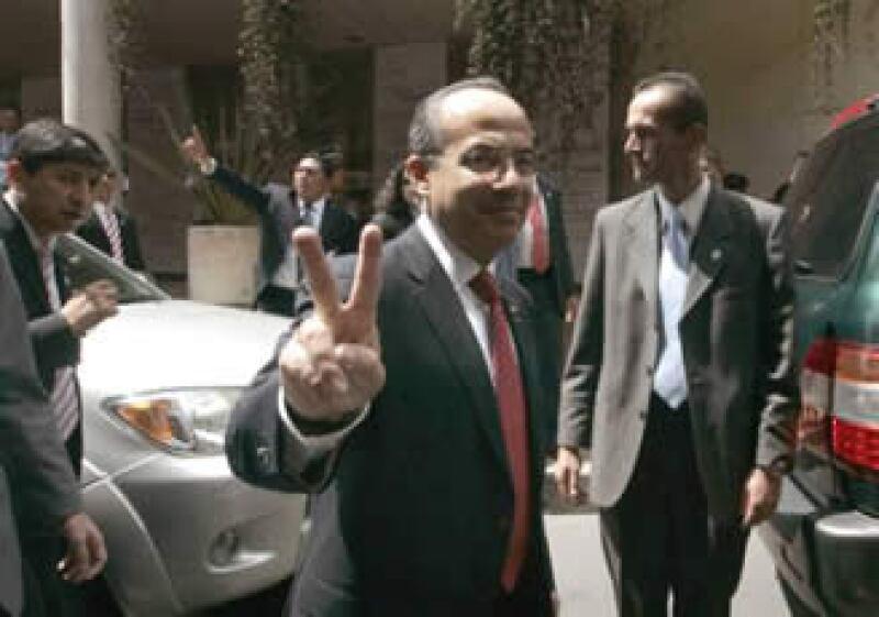 Calderón se reunió con Uribe Vélez y después se trasladó a Bogotá, donde recibió las llaves de la ciudad. (Foto: Reuters)