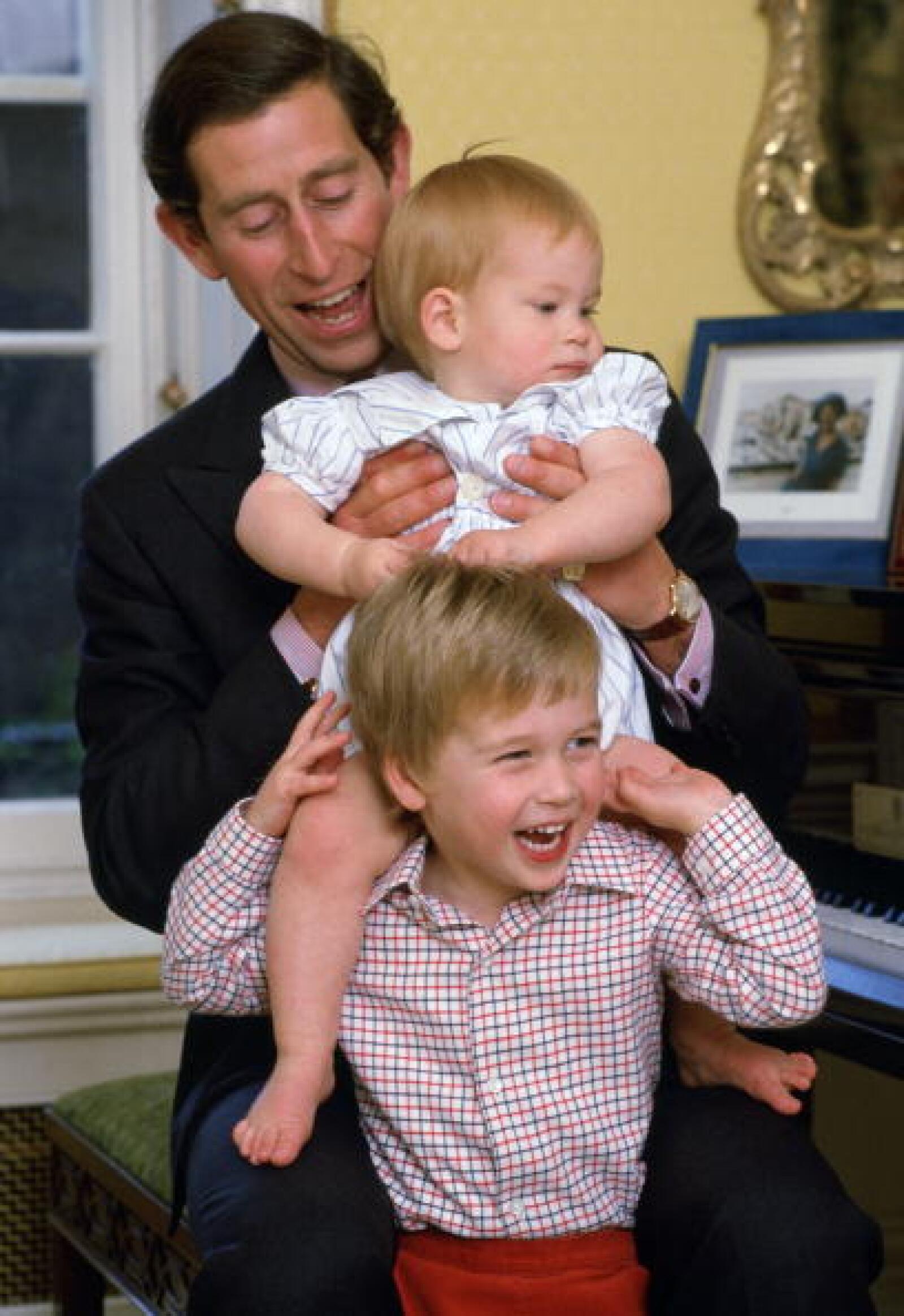 Los príncipes Enrique y Guillermo junto su padre el Príncipe de Gales.