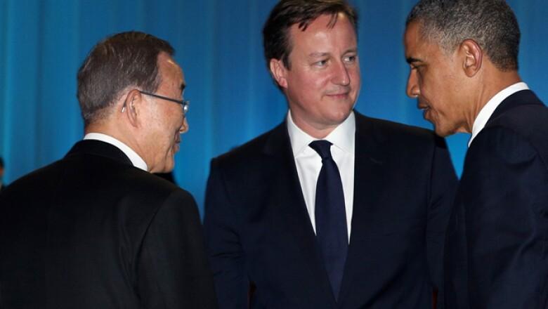 El presidente de EU, Barack Obama (der) charla con el primer ministro británico, David Cameron (centro) y el secretario general de la ONU, Ban Ki Moon (izq) en la inauguración de la Cumbre en Los Cabos, México.