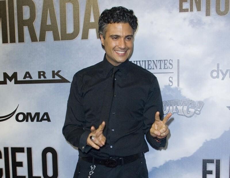Para su nuevo álbum, el actor contó con la participación de Noel, Bianca Marroquín y Damiana, de La Voz México.