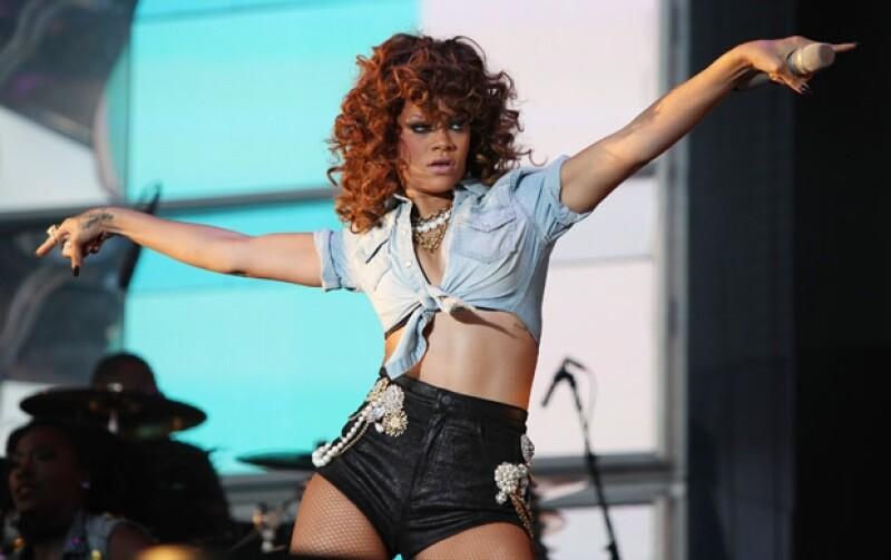 La popular cantante de Barbados interpuso una denuncia contra todos los involucrados en la venta de la mansión que adquirió en Beverly Hills.