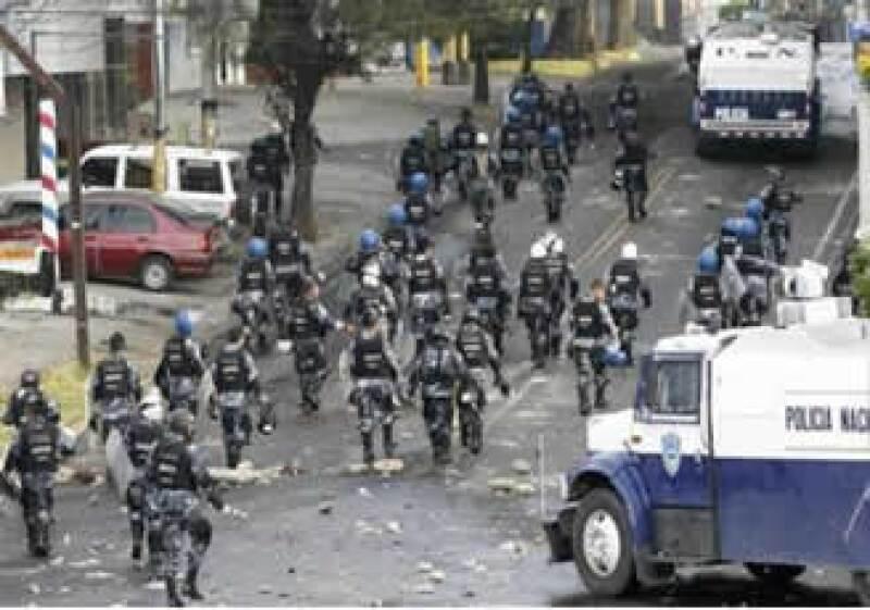 Los militares hondureños se enfrentaron contra los seguidores de Zelaya afuera de la embajada brasileña en Tugucigalpa. (Foto: Reuters)
