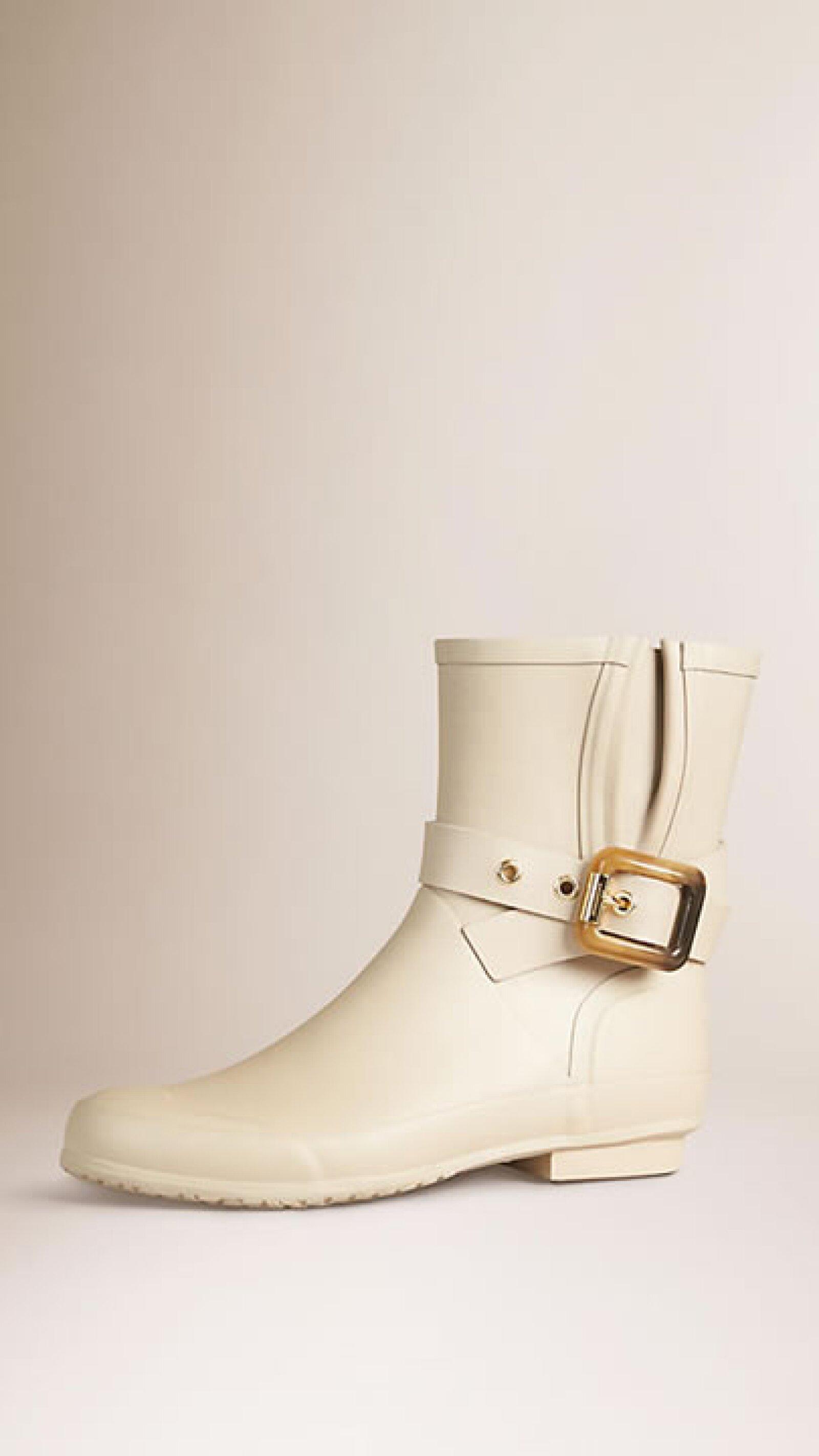 La opción en color hueso de Burberry nos encanta para darle un toque atrevido a tu look. Aún así, la hebilla de otorga el lado clásico a tu outfit.