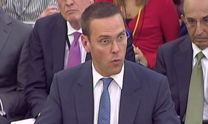 James y su padre se presentaron en el Parlamento el martes para responder preguntas sobre el escándalo de escuchas telefónicas. (Foto: AP)