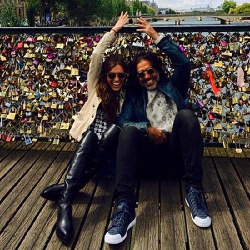 El cantante mexicano y su novia visitaron el significativo Puente de las Artes en la capital francesa para resguardar su amor con un candado, lanzando la llave de su amor al río Sena.