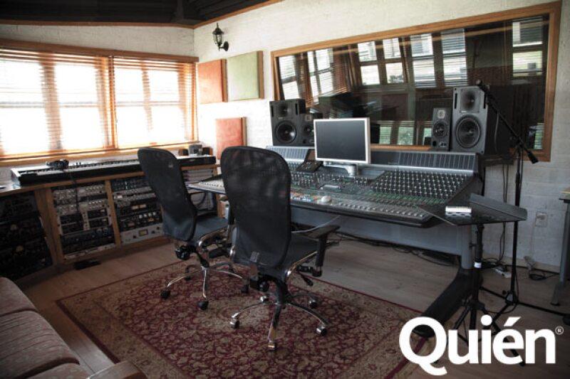 Cuenta con un estudio de grabación en el que produce sus discos.