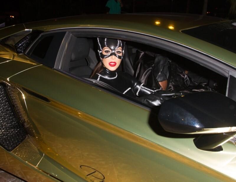 La pareja llegó en un lujoso auto.