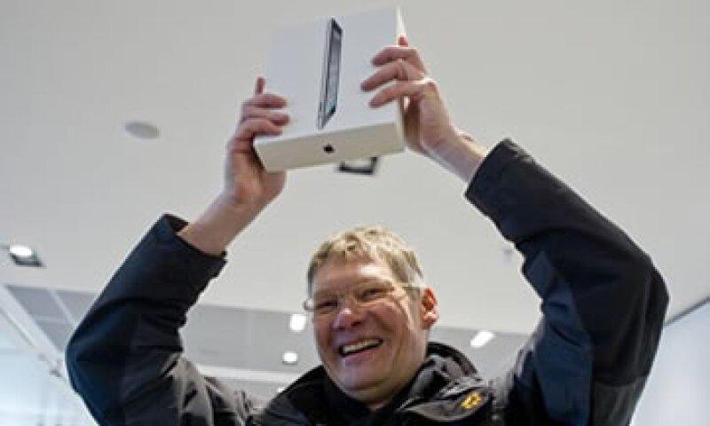 Analistas creen que los consumidores seguirán comprando productos de Apple incluso si perciben que la firma actúa mal desde la perspectiva de derechos humanos. (Foto: Reuters)