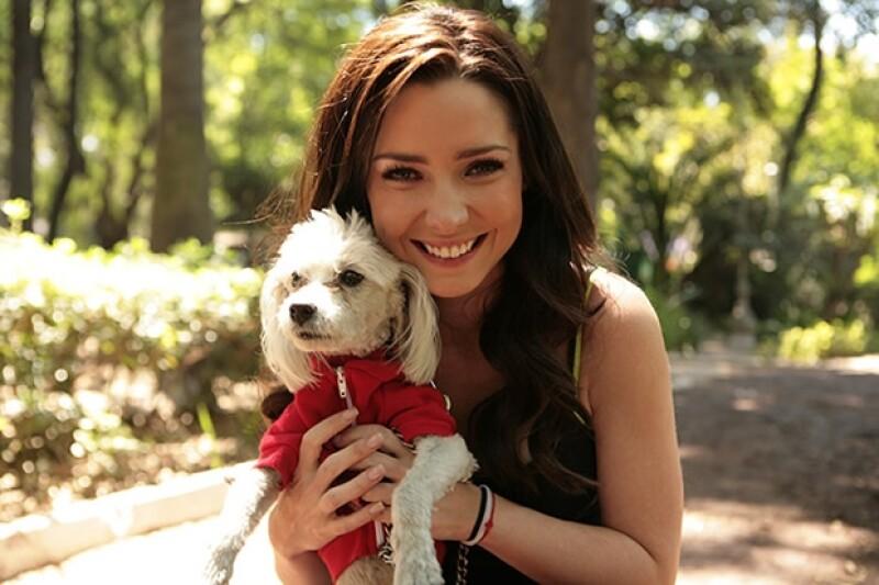 Acompañamos a la actriz a un día en el parque para pasear a Tito y Tacha, dos perros que ella rescató de la calle hace un tiempo. Ella desea que más gente adopte perros sin hogar.