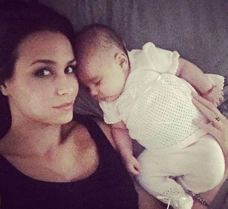 Ahora que la pequeña Gía tiene dos meses de edad, la conductora muestra feliz lo despierta y simpática que es su bebé a todos sus seguidores en Instagram.