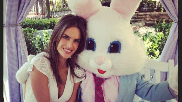 Junto al easter bunny. Así festeja la top Alessandra Ambrosio.