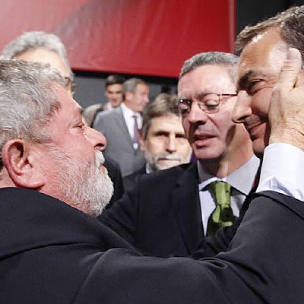 """""""Lula"""" da Silva consuela al presidente español José Luis Rodríguez Zapatero, quien promovió sin éxito a Madrid como sede de las Olimpiadas 2016. Atrás, el Alcalde Alberto Ruiz Gallardón."""