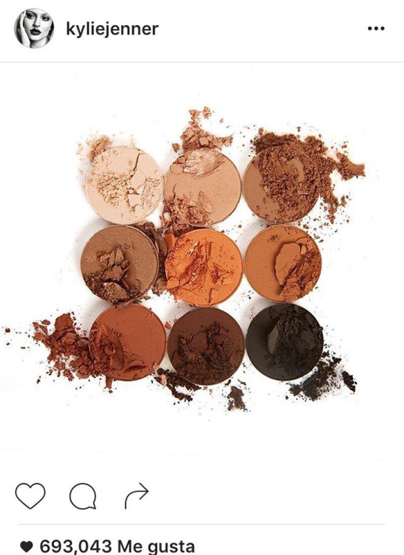 La paleta de colores se presenta en tonos bronce.