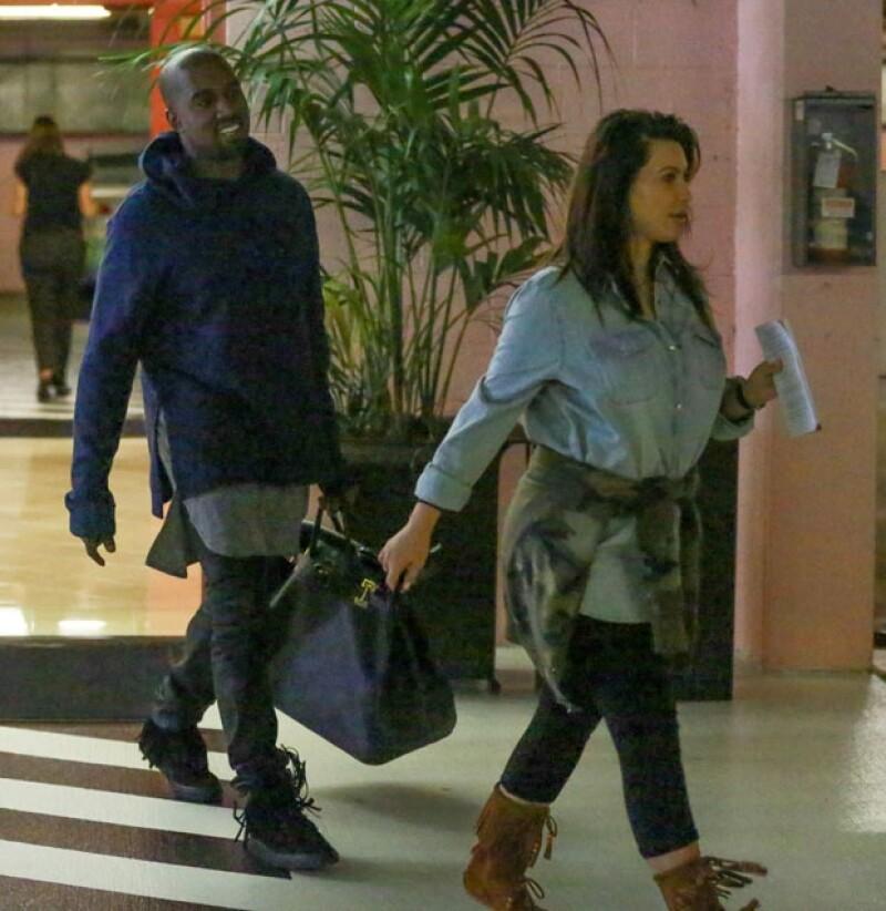 A poco más de un mes la hermana más famosa del clan Kardashian reaparece, sin querer, ante los lentes de los paparazzi. Junto a ella, Kanye, North y una niñera.