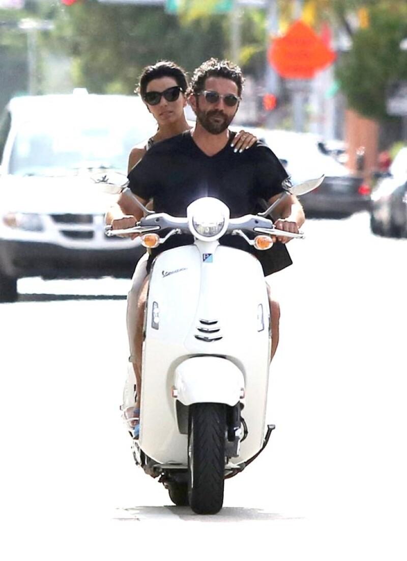 Durante el paseo la actriz se mostró confiada en la habilidad de su novio al conducir.