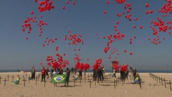 Brasileños lanzan mil globos en homenaje a los 100,000 muertos por COVID-19
