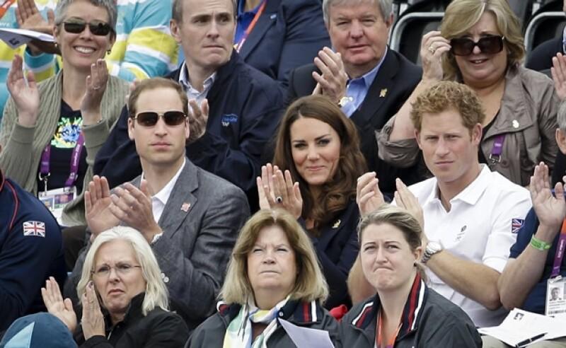 El príncipe Guillermo, Kate Middleton y el príncipe Enrique estuvieron en las gradas apoyando a su prima.