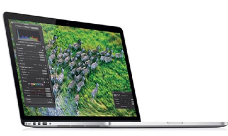 La MacBook Pro tiene una pantalla que muestra negros más intensos y se refleja menos.  (Foto tomada de apple.com/mx/macbook-pro)