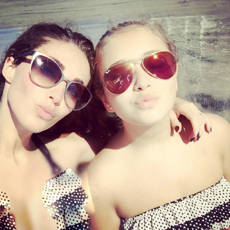Anahí con una de sus mejores amigas disfrutando de la playa.