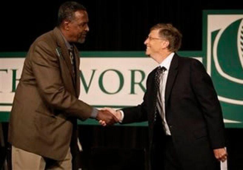 Bill Gates (der.) saluda al ganador del premio World Food Prize 2009, Gebisa Ejeta. (Foto: AP)