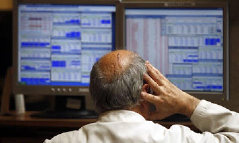 El índice STOXX Europe 600 de bancos cayó 5.5% y tocó un mínimo de 29 meses. (Foto: Reuters)