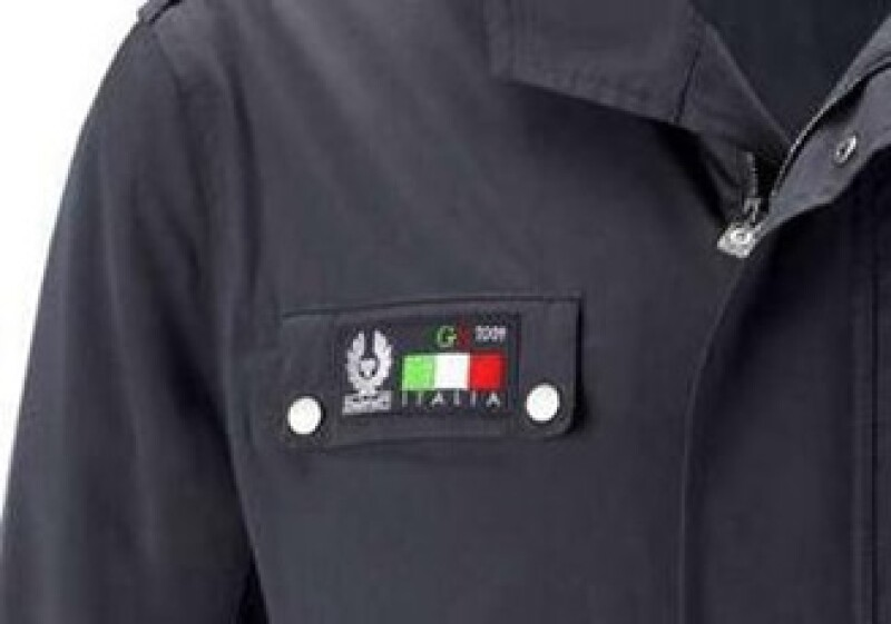 La chaqueta protege contra la lluvia y tiene un logo del G8 en el bolsillo derecho. (Foto: Reuters)