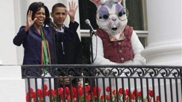 El presidente Barack Obama encabezó la búsqueda de los huevos de Pascua escondidos en el jardín sur de la residencia presidencial.
