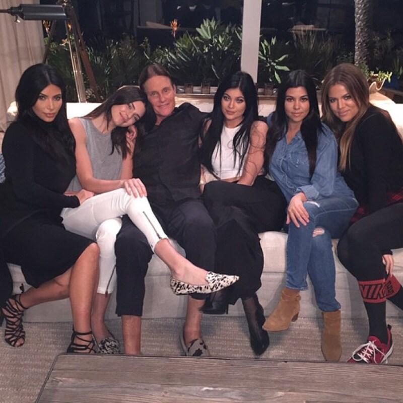Las hermanas Kardashian y Jenner han mostrado su apoyo como familia ante la polémcia de su padre, Bruce.