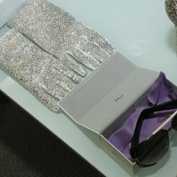 Los lentes y guantes que formaron parte del vestuario para la presentación.