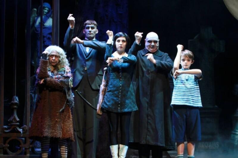 El musical se divide en dos actos, llenos de baile, canciones y diversión.