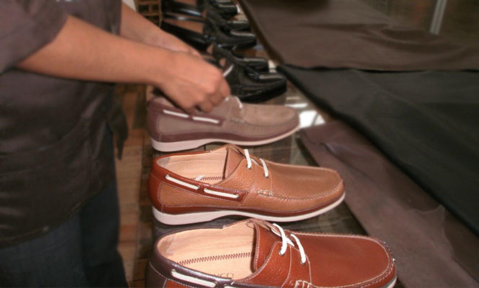 Los consumidores de zapatos buscan comodidad, moda y calidad en los zapatos; el consumo promedio de zapatos por mexicano es de 2.5 pares, anualmente.