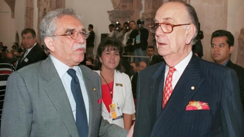 El escritor mexicano Gabriel García Márquez conversa con el español Camilo José Cela durante el I Congreso Internacional de la Lengua Española