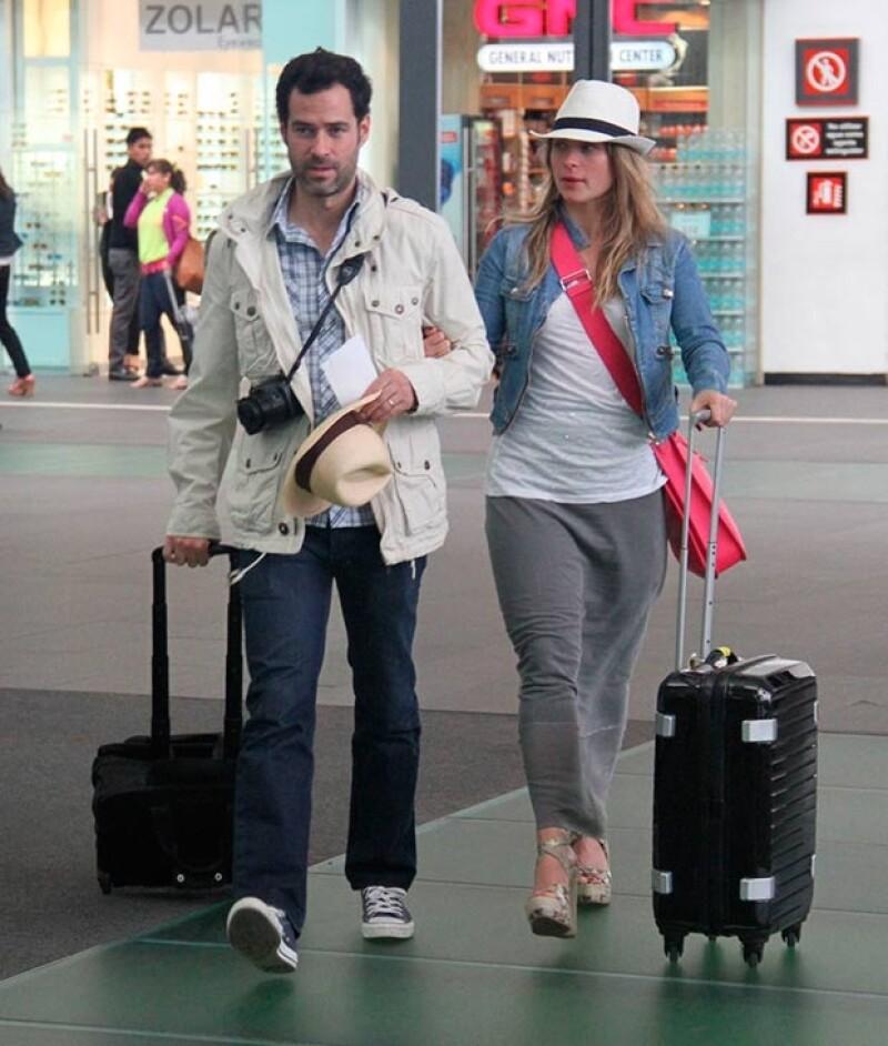 La actriz ha sido captada en dos ocasiones luciendo similares outfits en el aeropuerto: falda larga, t-shirt blanca, chaqueta denim y un panama hat son su combinación predilecta.