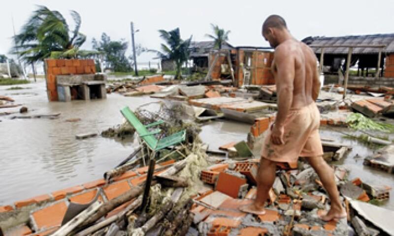 Tormentas tropicales, como Iván en 2004, en la imagen, incrementan las ya inmensas deudas de países como Granada. (Foto: Reuters)