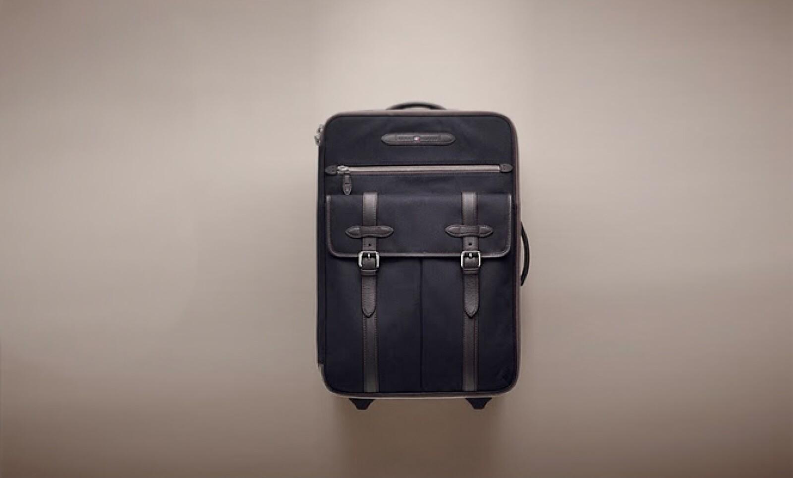 Una maleta que mantiene el estilo en cada uno de sus detalles, como las hebillas y hasta las costuras.